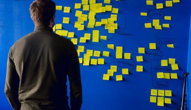B2B eCommerce Trends on post-it notes